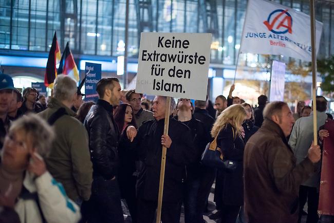 """AfD protestiert in Berlin gegen die Fluechtlingspolitik der Bundesregierung.<br /> Am Samstag den 31. Oktober 2015 versammelten sich ca. 250 Anhaenger der Rechts-Partei Alternative fuer Deutschland (AfD) zu einer Kundgebung gegen die Fluechtlings- und Asylpolitik der Bundesregierung. Dabei wurde die Bundeskanzlerin Angela Merkel mehrfach scharf angegriffen. Die Berichterstattung ueber Fluechtlinge in den Medien wurde mit lautstarken Rufen """"Luegenpresse"""" beschimpft.<br /> Der brandenburgische Landesvorsitzende Gauland forderte eine Fluechtlingspolitik wie in Japan, wo angeblich nur 20 Fluechtlinge pro Jahr aufgenommen werden.<br /> Etwa 350 Menschen protestierten gegen die Veranstaltung der Rechten und blockierten kurzzeitig deren Marschroute. Die Polizei ordnete daraufhin eine verkuerzte Route an und raeumte dafuer der AfD den Weg frei.<br /> 31.10.2015, Berlin<br /> Copyright: Christian-Ditsch.de<br /> [Inhaltsveraendernde Manipulation des Fotos nur nach ausdruecklicher Genehmigung des Fotografen. Vereinbarungen ueber Abtretung von Persoenlichkeitsrechten/Model Release der abgebildeten Person/Personen liegen nicht vor. NO MODEL RELEASE! Nur fuer Redaktionelle Zwecke. Don't publish without copyright Christian-Ditsch.de, Veroeffentlichung nur mit Fotografennennung, sowie gegen Honorar, MwSt. und Beleg. Konto: I N G - D i B a, IBAN DE58500105175400192269, BIC INGDDEFFXXX, Kontakt: post@christian-ditsch.de<br /> Bei der Bearbeitung der Dateiinformationen darf die Urheberkennzeichnung in den EXIF- und  IPTC-Daten nicht entfernt werden, diese sind in digitalen Medien nach §95c UrhG rechtlich geschuetzt. Der Urhebervermerk wird gemaess §13 UrhG verlangt.]"""