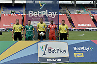 CALI - COLOMBIA, 04-04-2021: Luis Paz del América, Carlos Ortega, arbitro, Walmer Pacheco de Equidad y los jueces asistentes, Dionisio Ruiz, John Aguilar, Luis F Trujillo posan para una foto previo al partido entre América de Cali y La Equidad por la fecha 17 como parte de la Liga BetPlay DIMAYOR I 2021 jugado en el estadio Pascual Guerrero de la ciudad de Cali. / Luis Paz of America, Carlos Ortega, referee, Walmer Pacheco of Equidad and assitant referees, Dionisio Ruiz, John Aguilar, Luis F Trujillo pose to a photo prior a match between America de Cali and La Equidad for the date 17 as part of Liga BetPlay DIMAYOR I 2021 played at Pascual Guerrero stadium in Cali city. Photo: VizzorImage / Gabriel Aponte / Staff
