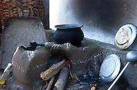 jbo10829 renewables green Energy environment climate energy from firewood in village India southasia cook preparing food nutrition clay stove fire wood hunger.Umwelt Klimaschutz erneuerbare alternative Energie Feuerholz zum Kochen n in Dorf Indien Südasien kochen Ernährung Lehm Herd feuer Holz.copyright Joerg Boethling / agenda