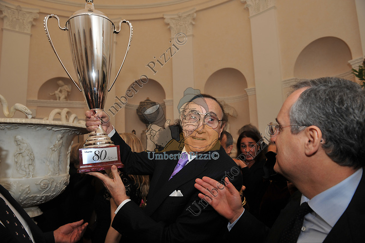 PIPPO BAUDO CON LA COPPA  REGALO PER MARTA MARZOTTO E CLAUDIO LOTITO<br /> FESTA DEGLI 80 ANNI DI MARTA MARZOTTO<br /> CASA CARRARO ROMA 2011