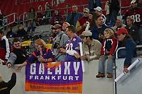 Fans der Frankfurt Galaxy mit ihrer Teamfahne beim World Bowl XIV Media Day