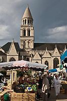 Europe/France/Poitou-Charentes/86/Vienne/Poitiers:  Le marché et l' Eglise Notre-Dame la Grande
