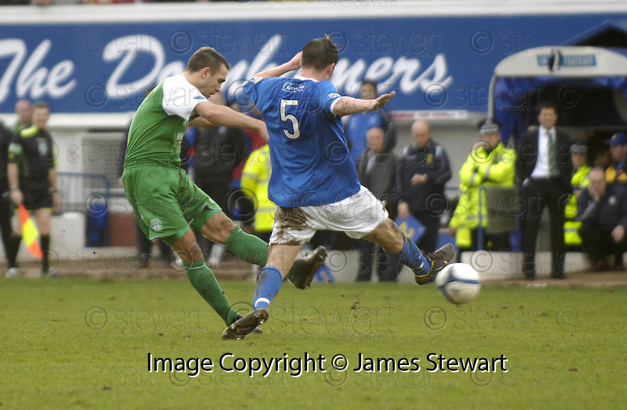 24/02/2007       Copyright Pic: James Stewart.File Name : sct_jspa01_qots_v_hibernian.DAVID MURPHY SCORES HIBS FIRST....James Stewart Photo Agency 19 Carronlea Drive, Falkirk. FK2 8DN      Vat Reg No. 607 6932 25.Office     : +44 (0)1324 570906     .Mobile   : +44 (0)7721 416997.Fax         : +44 (0)1324 570906.E-mail  :  jim@jspa.co.uk.If you require further information then contact Jim Stewart on any of the numbers above.........