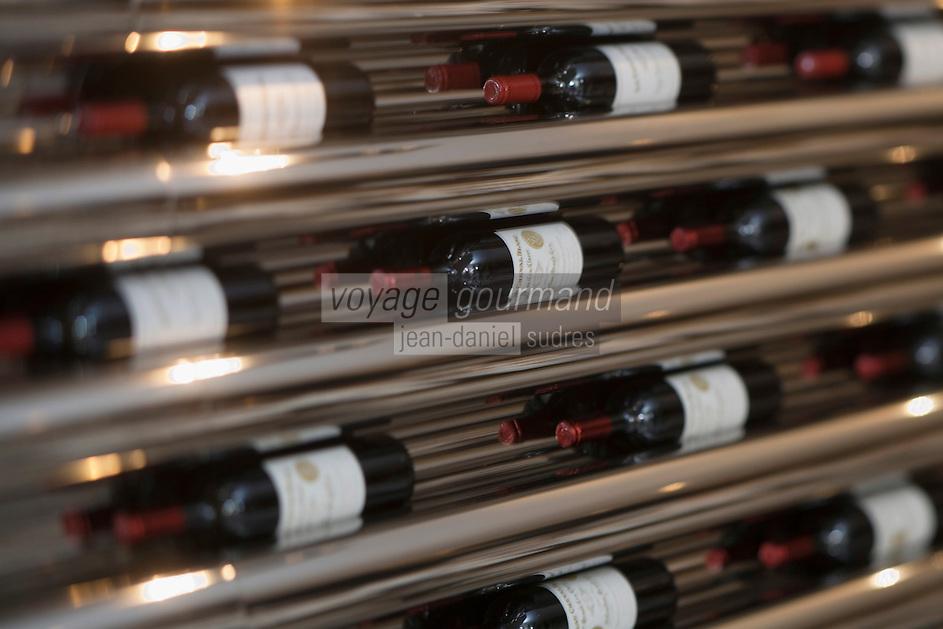 """Europe/France/Aquitaine/33/ Gironde/Bordeaux: Le Grand Théâtre """"Chez Greg"""" 29 Rue Esprit des Lois Détail décoration avec bouteilles de grands crus"""