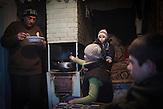 Familie … in ihrem Haus in Stefanesti. Im Winter bewohnen sie<br />zu fünft ein Zimmer, das gleichzeitig als Küche dient. Der Vater war<br />lange im Krankenhaus, setzt jetzt seine Therapie zuhause fort,<br />kann aber nicht arbeiten, um der Familie zumindest ein<br />bescheidenes Auskommen zu sichern. // Moldova is still the poorest country of Europe. Hopes to join the European Union are high. After progress in the past years tuberculosis is on the rise again. The number of new patients raise since 2010 and is on a level that has not been reached since the late 90s.