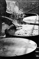 Europe/France/Bretagne/56/Morbihan/Gourin : Cuisson des crêpes sur le four à cr^pe lors de la fête de la crêpe