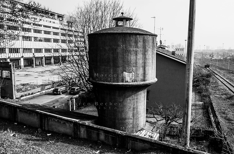 Milano, periferia nord. Vecchia torre dell'acqua tra l'ex Palazzo delle Poste di piazzale Lugano e lo scalo merci ferroviario Farini --- Milan, north periphery. Water tower between former Post building and the freight railway yard Farini