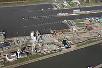 Nord Ostseekanal Schleuse Brunsbuettell: EUROPA, DEUTSCHLAND, SCHLESWIG-HOLSTEIN, BRUNSBUETTEL , (EUROPE, GERMANY), 19.10.2018: Schleuse Nord-Ostseekanal von Brunsbuettel. Der Nord-Ostsee-Kanal (NOK; internationale Bezeichnung: Kiel Canal) verbindet die Nordsee (Elbmuendung) mit der Ostsee (Kieler Foerde). Diese Bundeswasserstraße ist nach Anzahl der Schiffe die meistbefahrene kuenstliche Wasserstraße der Welt.<br /> Der Kanal durchquert auf knapp 100 km das deutsche Bundesland Schleswig-Holstein von Brunsbuettel bis Kiel-Holtenau und erspart den etwa 900 km laengeren Weg um die Nordspitze Daenemarks durch Skagerrak und Kattegat.<br /> Die erste kuenstliche Wasserstraße zwischen Nord- und Ostsee war der 1784 in Betrieb genommene und 1853 in Eiderkanal umbenannte Schleswig-Holsteinische Canal. Der heutige Nord-Ostsee-Kanal wurde 1895 als Kaiser-Wilhelm-Kanal eroeffnet und trug diesen Namen bis 1948. Baustelle auf der Mittelinsel. Neubau einer neuen Schleusenkammer