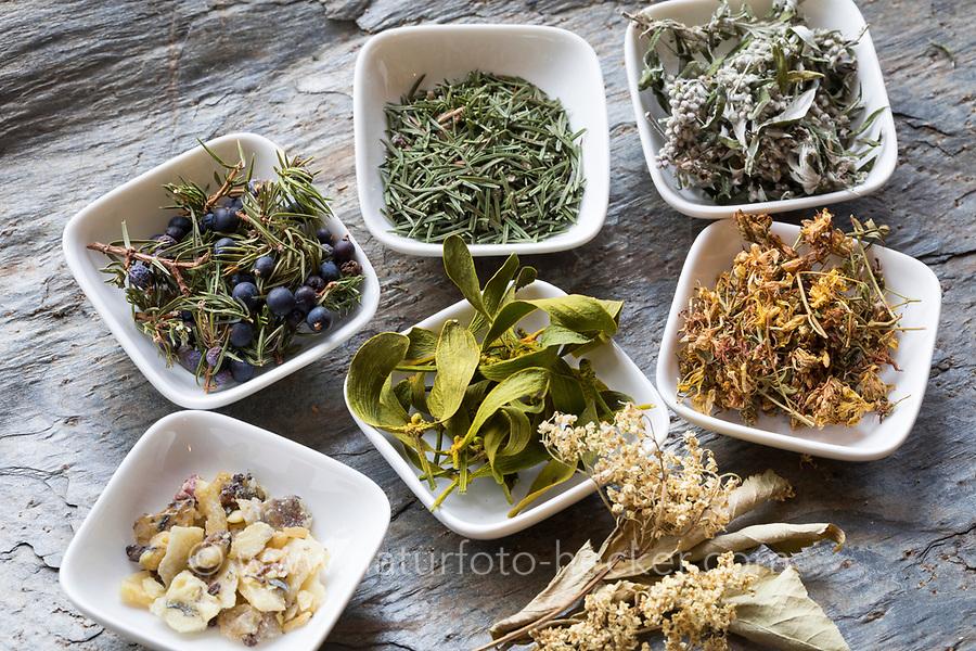 Räuchern, getrocknete Kräuter für die Rauhnachts-Räucherung, Räuchergut, Raunachts-Räucherung, Rauhnächte, Raunächte, Räucherritual, Räuchern mit Kräutern, Räucherkräuter, Kräuter verräuchern, Wildkräuter, Duftkräuter, Duft, Smoking, Smoking with herbs, wild herbs, aromatic herbs, fumigate, cure. Tüpfel-Johanniskraut, Echtes Johanniskraut, Tüpfeljohanniskraut, Hypericum perforatum, St. John´s Wort. Gewöhnlicher Beifuß, Beifuss, Artemisia vulgaris, Mugwort, common wormwood. Gemeiner Wacholder, Heide-Wacholder, Heidewacholder, Juniperus communis, Common Juniper, Le Genévrier commun, Genièvre. Gewöhnliche Fichte, Rot-Fichte, Rotfichte, Picea abies, Common Spruce, Norway spruce, L'Épicéa, Épicéa commun. Mistel, Laubholz-Mistel, Weißbeerige Mistel, Viscum album, Mistletoe, European mistletoe, common mistletoe, mistle, Le gui, gui blanc, gui des feuillus. Schwarzer Holunder, Sambucus nigra, Fliederbeeren, Fliederbeere, Common Elder, Elderberry, Sureau commun, Sureau noir. Fichtenharz, Fichten-Harz, Baumharz, Harz, liquid pitch, tree gum, galipot, gallipot