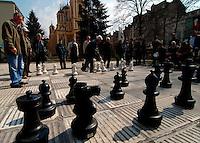 SARAJEVO / BIH 2012.Tradizionale partita a scacchi in Alija Izetbegovic Square, nel centro di Sarajevo..Foto Livio Senigalliesi..SARAJEVO / BIH 2012.People playing chess in Alija Izetbegovic Square, downtown Sarajevo..PHOTO LIVIO SENIGALLIESI