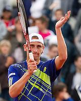 26-05-10, Tennis, France, Paris, Roland Garros, Thiemo de Bakker  bedankt het publiek nadat hij Garcia-Lopez heeft verslagen