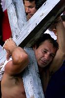 Pagador de promessa louva a imagem de N. Senhora de Nazaré carregando objetos durante a procissão agradecendo pelas graças alcançadas. A romaria com cerca de 1.500.000 de pessoas é considerada uma das maiores procissões religiosas do planeta.<br />Belém-Pará-Brasil<br />12/10/2003<br />©Foto Paulo Santos/Interfoto<br />Digital