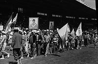 Stadium municipal de Toulouse, 1bis allées Gabriel-Biénès. 13 mai 1973. Au 1er plan les supporters du Toulouse Olympique XIII défilent sur le terrain avec des banderoles ; en arrière-plan gradins avec spectateurs. Cliché pris lors de la finale du championnat de France de rugby à XIII où l'équipe du Toulouse Olympique XIII rencontre l'équipe de Marseille.