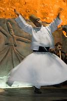 Tanz der Derwische Vorführung in Restaurantf in Istanbul, Türkei