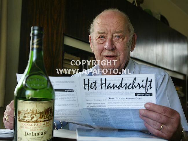 """voorthuizen 050603 dhr. delamain met """"het handschrift`' tijdschrift voor lamainen en de familiecognac.<br /> foto frans ypma APA-foto"""
