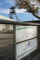 Asse Schacht 2  Foerderturm und Betreiberschilder: DEUTSCHLAND, NIEDERSACHSEN, REMLINGEN, (GERMANY), 02.11.2014: Asse Schacht 2  Foerderturm und Betreiberschilder