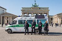 Mit einem Lautsprecherwagen fordert die Polizei am Sonntag den 5. April 2020 Menschen vor dem Brandenburger Tor mit Durchsagen auf, den Platz zu verlassen. Die Menschnen duerften nur in dringenden Angelegenheiten das Haus verlassen und sollen sofort nach Hause gehen und dabei einen Sicherheitsabstand von 1,5 Metern einhalten. Sport im Freien sei aber erlaubt. Auf einem LED-Bildschirm am Lautsprecherwagen werden Verhaltensregeln eingeblendet.<br /> Anlass fuer den Einsatz des Lautsprecherwagens war eine Aktion fuer die Aufnahme gefluechteter Menschen in ueberfuellten griechischen Fluechtlingslagern.<br /> 5.4.2020, Berlin<br /> Copyright: Christian-Ditsch.de<br /> [NUR FUER REDAKTIONELLE ZWECKE! Werbung nur auf Anfrage beim Fotografen. Inhaltsveraendernde Manipulation des Fotos nur nach ausdruecklicher Genehmigung des Fotografen. Vereinbarungen ueber Abtretung von Persoenlichkeitsrechten/Model Release der abgebildeten Person/Personen liegen nicht vor. NO MODEL RELEASE! Don't publish without copyright Christian-Ditsch.de, Veroeffentlichung nur mit Fotografennennung, sowie gegen Honorar, MwSt. und Beleg. Konto: I N G - D i B a, IBAN DE58500105175400192269, BIC INGDDEFFXXX, Kontakt: post@christian-ditsch.de<br /> Bei der Bearbeitung der Dateiinformationen darf die Urheberkennzeichnung in den EXIF- und  IPTC-Daten nicht entfernt werden, diese sind in digitalen Medien nach §95c UrhG rechtlich geschuetzt. Der Urhebervermerk wird gemaess §13 UrhG verlangt.]