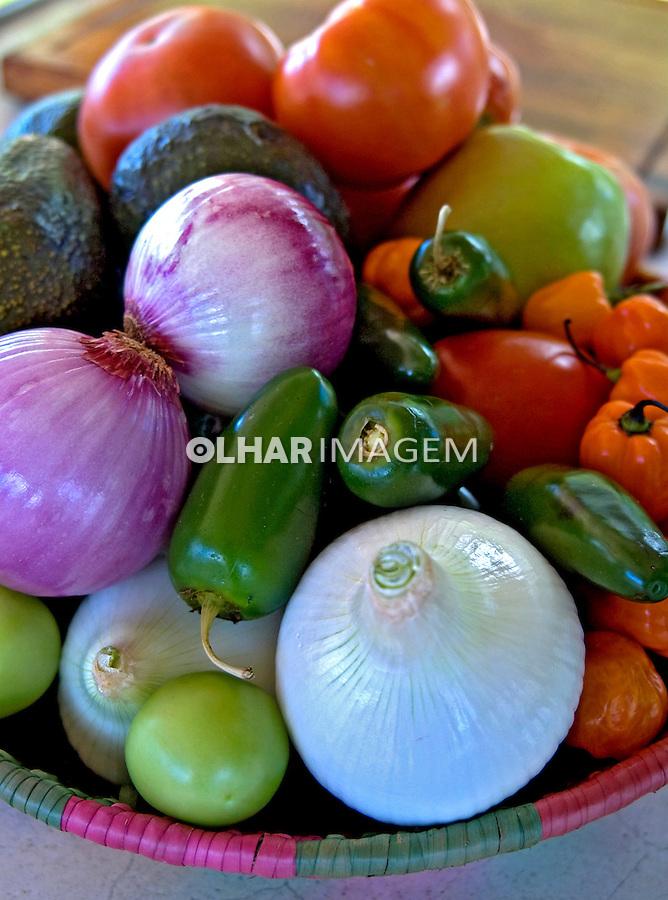 Alimentos. Cesta de legumes. Foto de Cris berger.