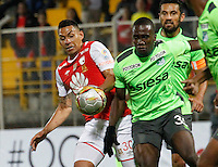 BOGOTA -COLOMBIA, 15-09-2016. Jeison Gordillo (Izq.) jugador de Independiente Santa Fe   disputa el balón con Kevin Balanta (Der.) del Deportivo Cali  durante encuentro  por la fecha 12 de la Liga Aguila II 2016 disputado en el estadio Metropolitano de Techo./ Jeison Gordillo (L) player of Santa Fe   fights for the ball with Kevin Balanta (R) player of Deportivo Cali  during match for the date 12 of the Aguila League II 2016 played at Metropolitano de Techo stadium . Photo:VizzorImage / Felipe Caicedo  / Staff