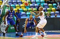 Jordan Theodore (Banvit BK) gegen Mike Morrison (Fraport Skyliners) und Kwame Vaughn (Fraport Skyliners) - 25.10.2016: Fraport Skyliners vs. Banvit BK, BCL Hauptrunde, Fraport Arena Frankfurt