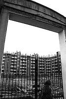 """Milano, quartiere Bovisa, periferia nord. Cantiere per la costruzione della """"Casa Ecologica"""" e il suo parco sull'area dell'ex Armenia Films (Milano Films - prima casa di produzione cinematografica italiana del primo novecento) --- Milan, Bovisa district, north periphery. Construction site for the """"Ecological House"""" and its park on the area of former Armenia Films (Milano Films - Italy's first film production company from the early twentieth century)"""