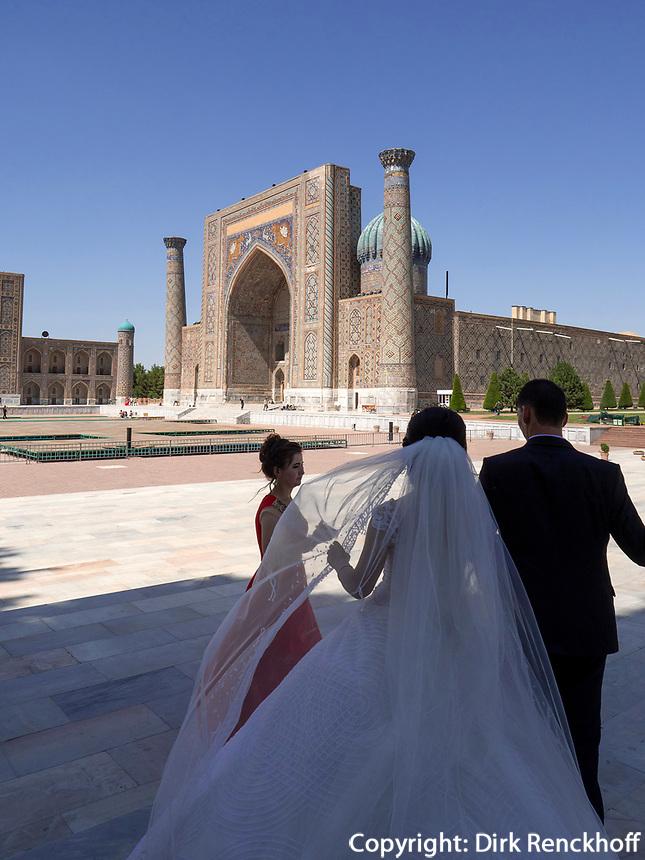 Brautpaar am Registan, Samarkand, Usbekistan, Asien<br /> Bridal Couple at Registan Square, Samarkand, Uzbekistan, Asia