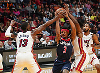 Bradley Beal (G, Washington Wizards, #3) gegen Bam Adebayo (C/F Miami Heat, #13) und Jimmy Butler (G/F Miami Heat, #22) - 22.01.2020: Miami Heat vs. Washington Wizards, American Airlines Arena