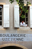 Europe/France/Languedoc-Roussillon/30/Gard/Uzès: Jérome Dance, boulangerie Uzétienne, 9 place aux Herbes - Enseigne de Boulangerie et homme à la fenêtre lisant le journal