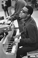 Stevie Wonder,Octobre 1967, Hollande.<br /> <br /> PHOTO : Nijs, Jac. de / Anefo<br /> via Agence Quebec Presse<br /> <br /> <br /> Stevie Wonder, né Stevland Hardaway Judkins le 13 mai 1950 à Saginaw, Michigan, est un auteur-compositeur-interprète américain. Aveugle depuis sa petite enfance, il est considéré comme l'un des plus grands artistes américains de la seconde moitié du XXe siècle et possède l'une des carrières les plus prolifiques de la pop américaine.