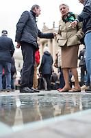 """Mehrere hundert Menschen kamen am Sonntag den 10. Mai 2015 zu einem """"Lesen gegen das Vergessen"""" auf den Berliner Bebel-Platz anlaesslich des Jahrestages der Buecherverbrennung durch Deutsche Studenten in Deutschland am 10. Mai 1933. Die Studenten verbrannten damals Buecher von Schriftstellern, die dem NS-Regime missliebig waren, darunter Carl Zuckmayer, Erich Kaestner, Heinrich Mann, Kurt Tucholsky und viele andere.<br /> Die Buecherverbrennungen waren der Hoehepunkt der """"Aktion wider den undeutschen Geist"""", mit der die systematische Verfolgung juedischer, marxistischer, pazifistischer und anderer oppositioneller oder politisch unliebsamer Schriftsteller begann.<br /> Im Bild: Das in den Bebel-Platz eingelassene Mahnmal zur Buecherverbrennung. <br /> 10.5.2015, Berlin<br /> Copyright: Christian-Ditsch.de<br /> [Inhaltsveraendernde Manipulation des Fotos nur nach ausdruecklicher Genehmigung des Fotografen. Vereinbarungen ueber Abtretung von Persoenlichkeitsrechten/Model Release der abgebildeten Person/Personen liegen nicht vor. NO MODEL RELEASE! Nur fuer Redaktionelle Zwecke. Don't publish without copyright Christian-Ditsch.de, Veroeffentlichung nur mit Fotografennennung, sowie gegen Honorar, MwSt. und Beleg. Konto: I N G - D i B a, IBAN DE58500105175400192269, BIC INGDDEFFXXX, Kontakt: post@christian-ditsch.de<br /> Bei der Bearbeitung der Dateiinformationen darf die Urheberkennzeichnung in den EXIF- und  IPTC-Daten nicht entfernt werden, diese sind in digitalen Medien nach §95c UrhG rechtlich geschuetzt. Der Urhebervermerk wird gemaess §13 UrhG verlangt.]"""