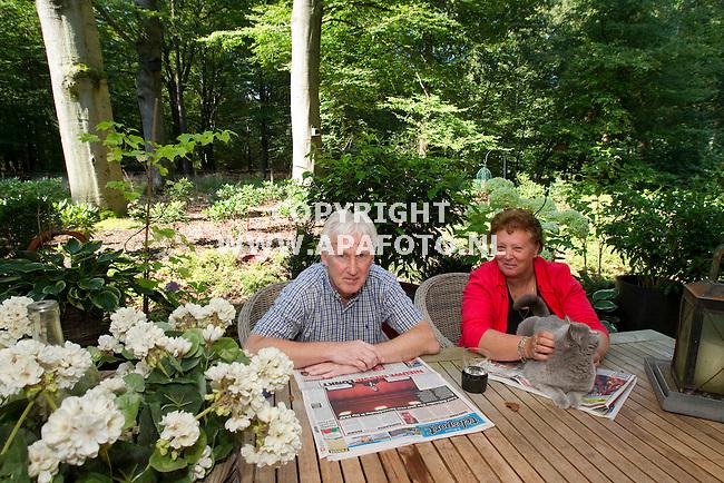 Laag Soeren, 200811<br /> Landgoed Laag Soeren, appartementen waar oa Rein en Wil Adema wonen.<br /> Foto Rein en Wil Adema in hun eigen tuin met in de achtergrond het bos.<br /> Foto: Sjef Prins - APA Foto