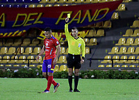 PASTO-COLOMBIA, 28-02-2021: Nicolas Gallo, arbitro muestra tarjeta amarilla a Juan Sebastian Herrera de Deportivo Pasto, durante partido de la fecha 10 entre Deportivo Pasto y America de Cali por la Liga BetPlay DIMAYOR I 2021 jugado en el estadio Departamental Libertad de la ciudad de Pasto. / Nicolas Gallo, referee shows yellow card to Juan Sebastian Herrera of Deportivo Pasto during a match of the 10th date between Deportivo Pasto and America de Cali for the BetPlay DIMAYOR I 2021 League played at the Departamental Libertad Stadium in Pasto city. / Photo: VizzorImage / Leonardo Castro / Cont.