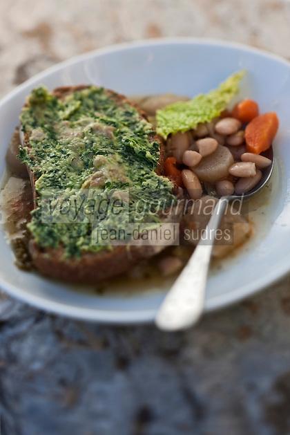 Europe/France/Midi-Pyrénées/65/Hautes-Pyrénées/Vallée du Louron/Estarvielle: La Garbure est servie avec un crouton de pain  garni de hachis de lard de porc et persil , recette de  Frédéric Chupin de l'Hôtel des Cimes