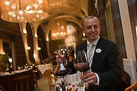 Europe/France/Rhône-Alpes/74/Haute Savoie/ Evian-les-Bains: Le sommelier au  restaurant  Edouard VII à l'hôtel: Evian Royal Resort