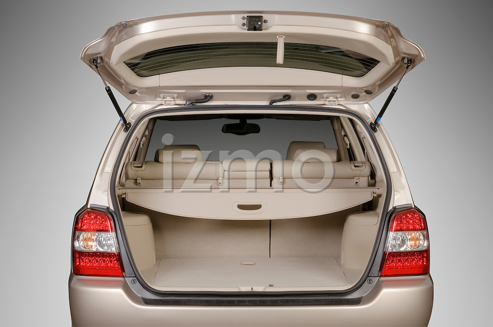 Straight open trunk view of a Toyota Highlander Hybrid 2006