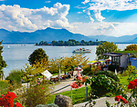 Deutschland, Oberbayern, Chiemgau: Blick von Gstadt auf Chiemsee mit Fraueninsel, im Hintergrund die Chiemgauer Alpen | Germany, Upper Bavaria, Chiemgau, view from Gstadt across lake Chiemsee with Frauen island, at background Chiemgau Alps