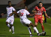 TUNJA -COLOMBIA, 29-09-2016. Mauricio Gomez (Der) jugador de Patriotas FC disputa el balón con Yilton E. Diaz (Izq) jugador de Rionegro Águilas durante partido por la fecha 10 de la Liga Águila II 2016 realizado en el estadio La Independencia en Tunja./ Mauricio Gomez (R) player of Patriotas FC fights for the ball with Yilton E. Diaz (L) player of Rionegro Aguilas during match for the date 15 of Aguila League II 2016 at La Independencia stadium in Tunja. Photo: VizzorImage/César Melgarejo/Cont