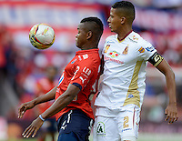 MEDELLIN - COLOMBIA -09-10-2016: Juan F. Caicedo (Izq.) jugador de Deportivo Independiente Medellin disputa el balon con Fainer Torijano (Der.) jugador de Deportes Tolima, durante partido aplazado por la fecha 15 entre Deportivo Independiente Medellin y Deportes Tolima, de la Liga Aguila II 2016, en el estadio Atanasio Girardot de la ciudad de Medellin. / Juan F. Caicedo (L) player of Deportivo Independiente Medellin fights for the ball with Fainer Torijano (R)  player of Deportes Tolima, during a posponed match for the date 15 between Deportivo Independiente Medellin and Deportes Tolima, of the Liga Aguila II 2016 at the Atanasio Girardot stadium in Medellin city. Photos: VizzorImage  / Leon Monsalve / Cont.