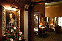 - hall dell' Hotel de la Ville in via Hoepli....- hall of the Hotel de la Ville in Hoepli street