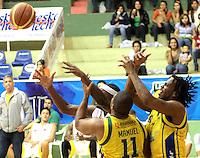 BUCARAMANGA -COLOMBIA, 07-05-2013. Jason Edwin (I) de Búcaros va por un balón perdido contra el jugador Joe Manuel (C) y Reque Newsome (I) de Bambuqueros durante partido de la fecha 12 fase II de la  Liga DirecTV de baloncesto Profesional de Colombia realizado en el coliseo Vicente Díaz Romero en Bucaramanga./ Jason Edwin (L) of Bucaros goes for a loose ball against Bambuqueros players Joe Manuel (C) and Reque Newsome (R) during match of the 12th date phase II of  DirecTV professional basketball League in Colombia at Vicente Diaz Romero coliseum in Bucaramanga.  Photo: VizzorImage / Jaime Moreno / STR