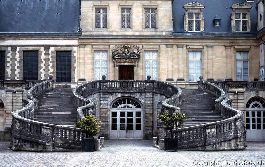 Fontainbleu: Famous horseshoe-shaped staircase, Cour de Cheval Blanc. Photo '90.