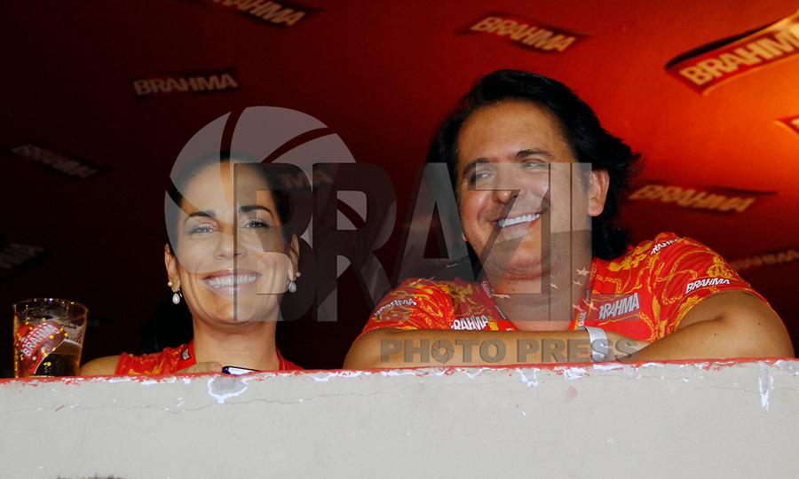 RIO DE JANEIRO, RJ, 07 DE MARÇO DE 2011 - CARNAVAL RJ - SALGUEIRO - A atriz Glória Pires e seu marido, o cantor Orlando Moraes, assiste à apresentação do Salgueiro, no segundo dia de Desfile das Escolas de Samba do Grupo Especial do Rio de Janeiro, na Marquês de Sapucaí (Sambódromo), no centro da cidade, na noite desta segunda-feira. (FOTO: VANESSA CARVALHO / NEWS FREE).