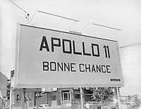 Une enseigne pour les astronautes d'Apollo-11<br /> Date : Entre le 14 et le 20 juillet 1969<br /> Photographe : Photo Moderne<br /> - Agence Quebec Presse