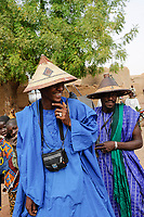 MALI, Mopti, market day, Fulani or Peulh man with traditional hat Tengaade, made from straw and leather  / Mali, Mopti, Markttag, Fulbe oder Fulani Mann mit Hut