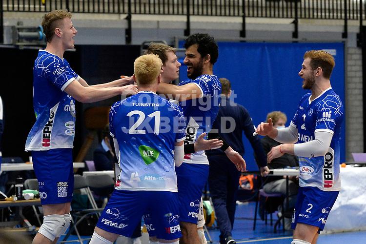 01-01-2021: Volleybal: Amysoft Lycurgus v Draisma Dynamo: Groningen blijdschap bij Lycurgus na de eerste set