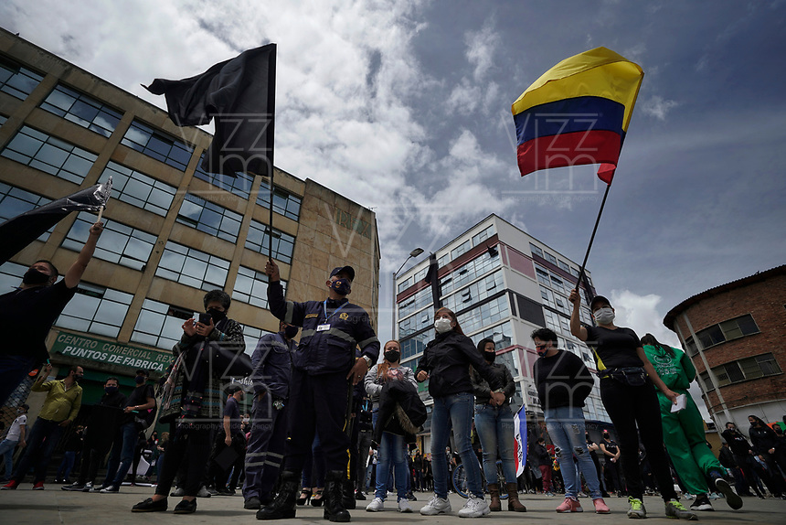 BOGOTA - COLOMBIA, 15-08-2020: Los gremios comerciales e industriales de San Victorino en la ciudad de Bogotá se manifiestan en contra de las medidas de aislamiento que está tomando Claudia López, pues afecta directamente a los comerciantes de muchos sectores como textiles, moda, vendedores tanto formales como informales se visten de negro y llevan banderas negras simbolizando la muerte de sus negocios y además declaran desobediencia civil. Algunas zonas de la ciudad aún premenecen en cuarentena por la pandemia  del Coronavirus, COVID-19 debido al alto número de infectados diarios que se registran. / The commercial and industrial unions of San Victorino in the city of Bogotá demonstrate against the isolation measures that Claudia López is taking, since it directly affects merchants in many sectors such as textiles, fashion, vendors, both formal and informal dress in black and carry black flags symbolizing the death of their businesses and also declare civil disobedience. Some areas of the city are still in quarantine due to the Coronavirus pandemic, COVID-19 due to the high number of daily infected that are registered. Photo: VizzorImage / Diego Cuevas / Cont