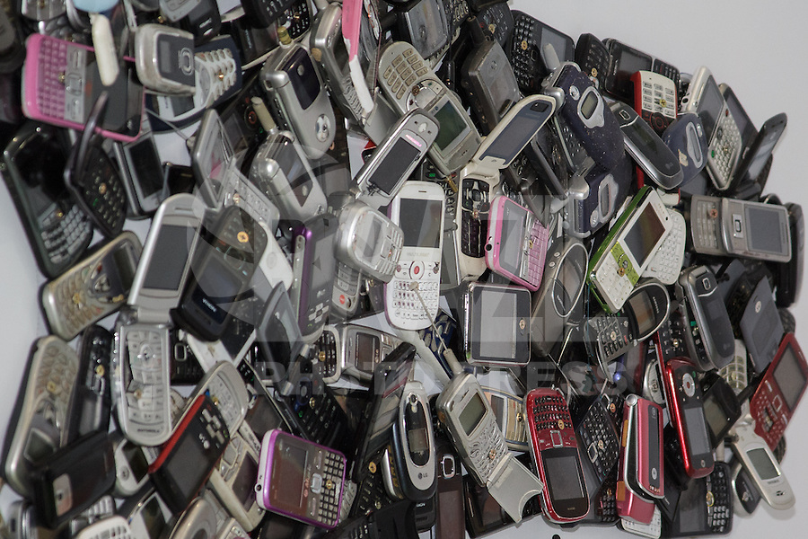 SÃO PAULO, SP. 05.02.2015 -  CAMPUS PARTY - Umas das patrocinadoras produziu uma escultura com celulares antigos que foram descartados durante a oitava edição da Campus Party, no Expo Imigrantes, São Paulo, na noite desta quinta-feira, (5). (Foto: Renato Mendes / Brazil Photo Press)