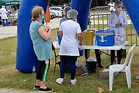 PORTO ALEGRE, RS, 18.04.2021 - VACINAÇÃO - 62 ANOS – Pessoas entre 21 a 28 dias de imunização receberam a segunda dose do Butantan, nas Tendas de Vacinação contra a Covid-19 montadas, pela Secretaria Municipal de Saúde (SMS) e a Associação Médica do RS (Amrigs), Grupo Dimed, Equipe G, no Parque Farroupilha (Redenção), das 9h às 17h, em Porto Alegre, neste domingo (18).