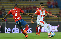 MEDELLÍN- COLOMBIA, 22-09-2018.William Parra  (Izq.) jugador del Independiente Medellín disputa el balón con Yeison Gordillo (Der.) jugador del Independiente Santa Fe  durante partido por la fecha 11 de la Liga Águila II 2018 jugado en el estadio Atanasio Girardot de la ciudad de Medellín. /William Parra  (L) player of Independiente Medellin fights for the ball with Yeison Gordillo(R) player of Independiente Santa Fe   during the match for the date 11 of the Liga Aguila II 2018 played at Atanasio Girardot Stadium in Medellin  city. Photo: VizzorImage / Leon Monsalve/ Contribuidor