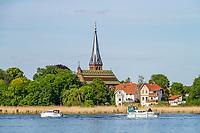 Motorboote auf der Havel vor der Kirche von Geltow, Potsdam-Mittelmark, Brandenburg, Deutschland